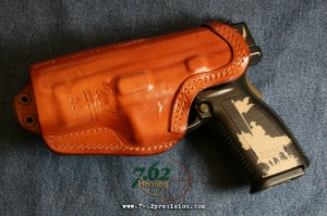 The stiff, hard-moulded leather and reinforced mouth allow safe one-handed reholstering.